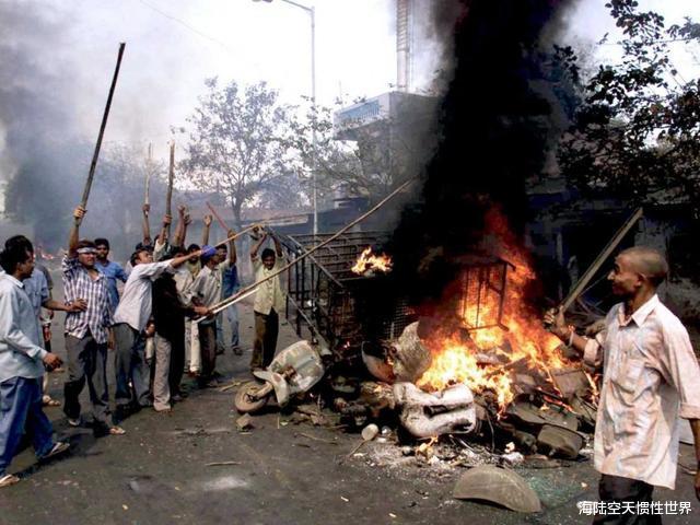 印度抗議示威升級,疫情爆發局勢失控,印度群眾竟要求特朗普下臺-圖3