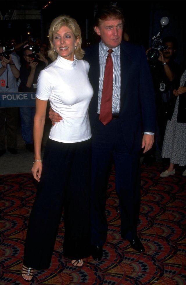 特朗普56歲前妻嫩如少女,吊帶裙黑裙盡顯性感,梅拉尼婭輸瞭-圖3