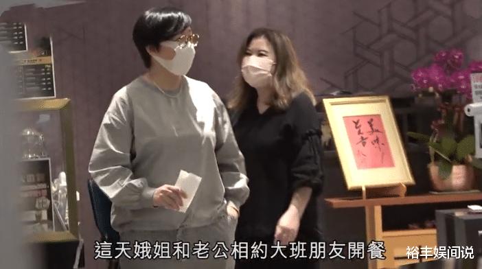 """58歲商天娥與老公手牽手恩愛逛街,結婚10年,被寵成瞭""""肥娥""""-圖6"""