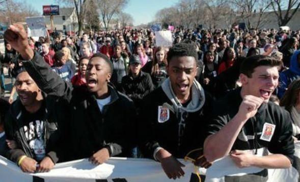 示威再升級!美國數十人帶斧頭和大砍刀抗議-圖2