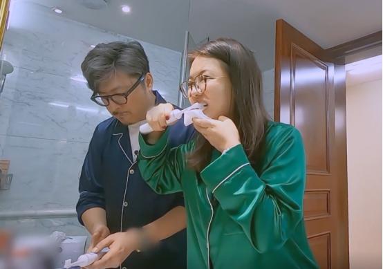 李湘隻刷牙不洗臉?看到她刷牙時手上的東西後,網友:有錢就是好-圖7