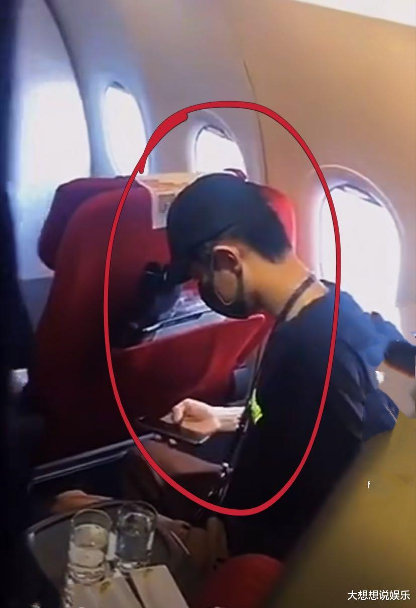 """肖戰""""七夕""""後開工被私生跟機!機艙內發微信被偷拍,全程低頭未發覺-圖2"""