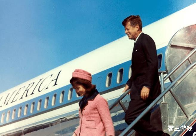鳄鱼加点_1963年肯尼迪遇刺现场:街道上被一枪爆头,妻子慌忙去捡头盖骨