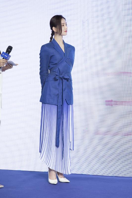 劉詩詩風采依舊,穿藍色西裝搭百褶裙現身,氣質好是真的好!-圖5