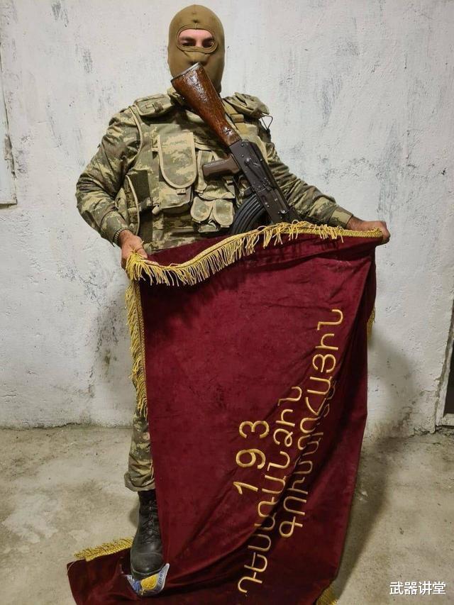 阿塞拜疆炫耀戰利品,被亞美尼亞丟棄軍旗搶眼,戰鬥還不會停下來-圖4
