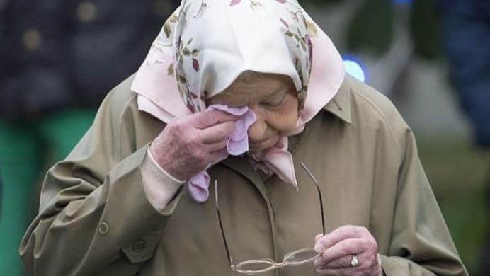 94岁英女王好无奈!为了小阿奇再次妥协,松口答应梅根重返王室