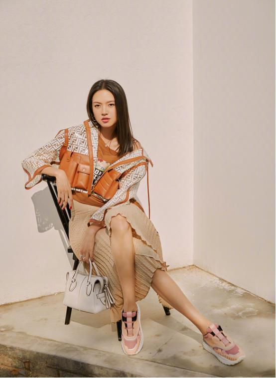 張梓琳182cm腿長沒白長,坐椅子上凹造型,線條感讓人心動-圖3