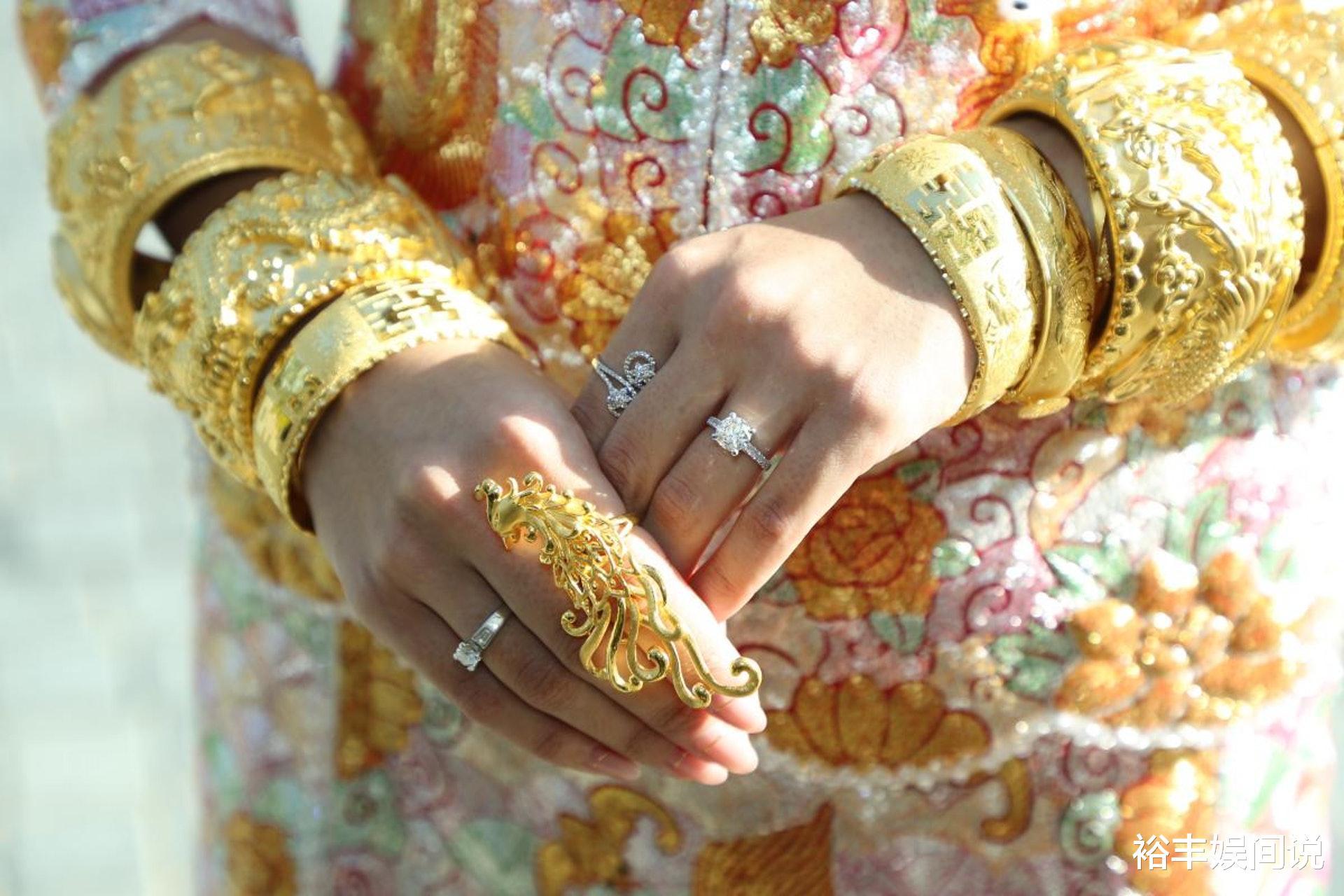 恭喜!TVB小花何雁詩今日出嫁,戴三對大龍鳳鐲,頸掛一隻大金豬-圖3