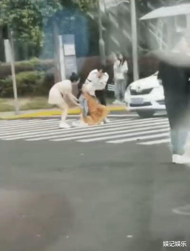 趙麗穎孕婦造型現身街頭,摔倒後手托大肚,讓人感覺很真切-圖6
