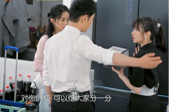 《中餐廳》倆女生都穿露臍裝,趙麗穎生娃痕跡明顯,李浩菲太少女-圖5