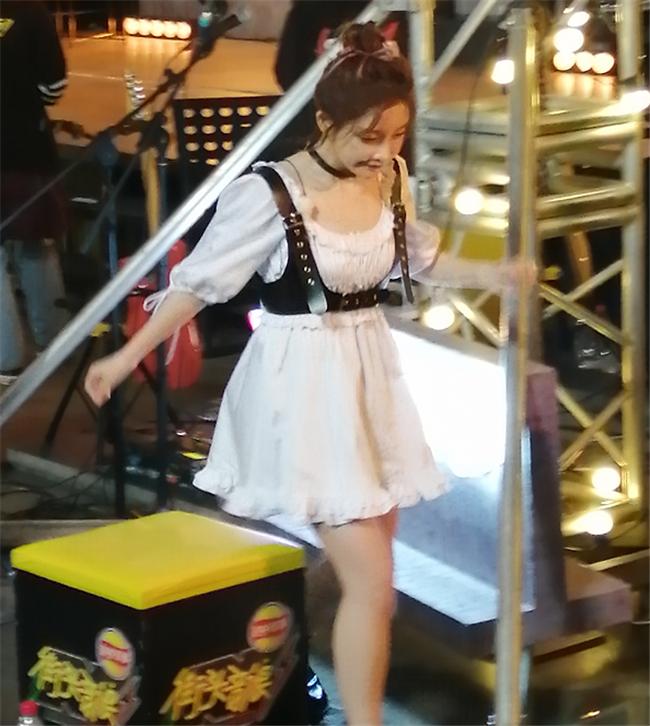 30歲馮提莫為瞭寵粉,學00後換上蘿莉裙,看見這奶棒腿自閉瞭-圖4