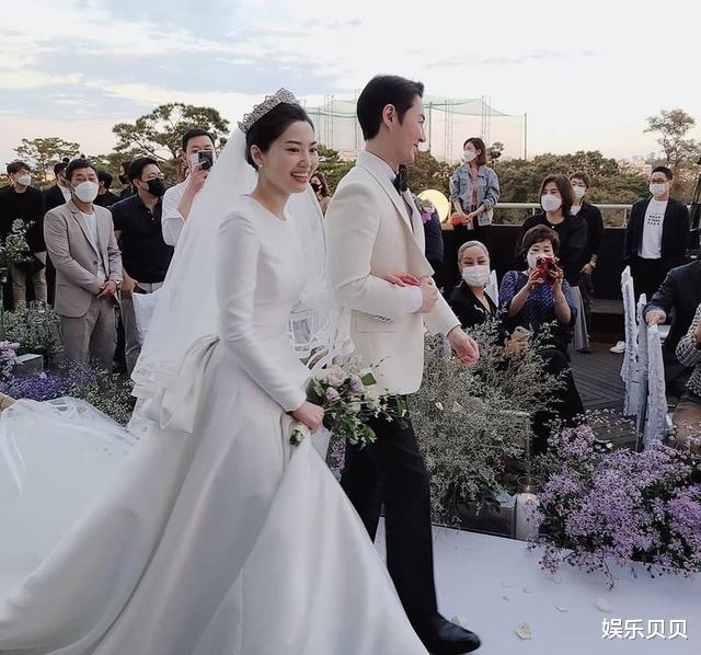 JUNJIN舉辦婚禮,組合成員擺出標志Pose,新娘新郎挽手對視超幸福-圖3