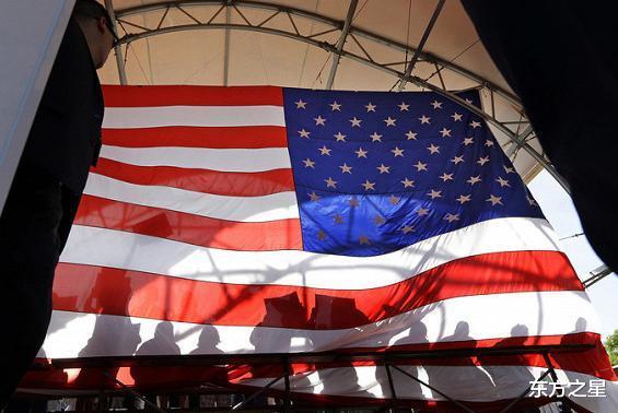 人人喊打!蓬佩奧再訪歐洲遭驅趕,示威者腳踩踩美國旗抗議-圖3