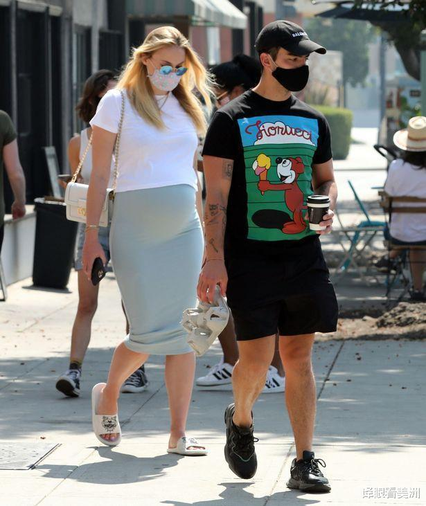索菲·特納和老公外出,穿薄荷綠緊身裙大方展孕肚,迫不及待卸貨-圖2