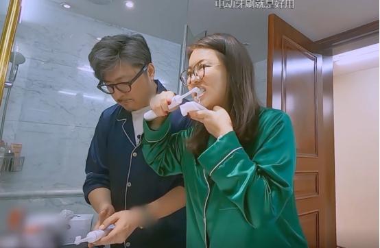 李湘隻刷牙不洗臉?看到她刷牙時手上的東西後,網友:有錢就是好-圖6