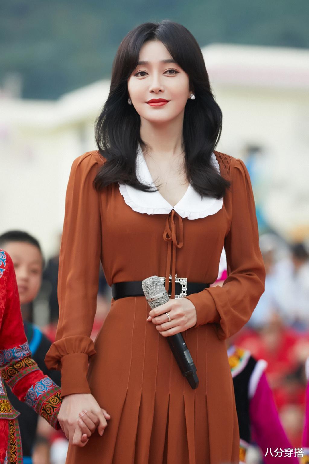 秦嵐真是溫柔到骨子裡瞭,一襲棕色連衣裙優雅高貴,精致浪漫-圖2