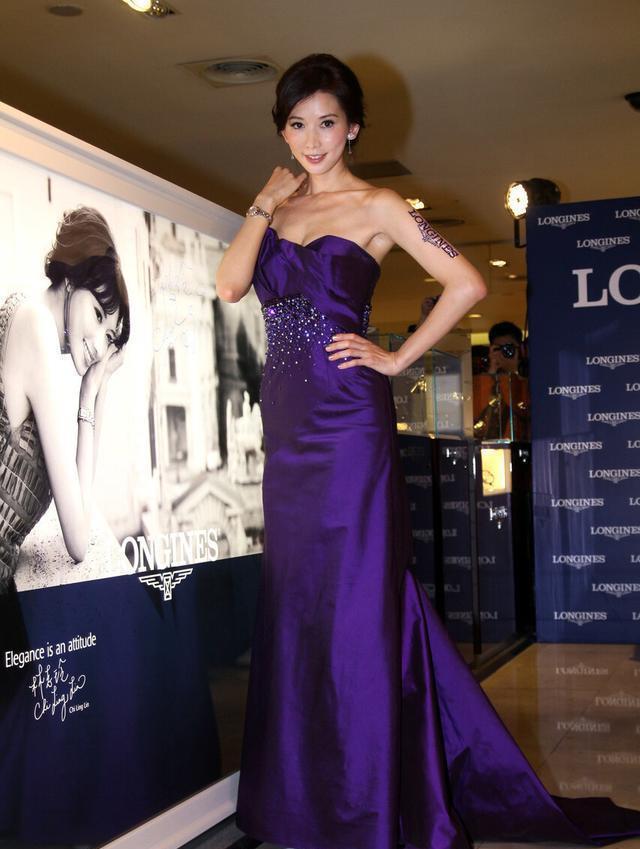 """林志玲才是""""尤物身材"""",穿紫色抹胸裙身段苗條,盤發造型更優雅-圖4"""