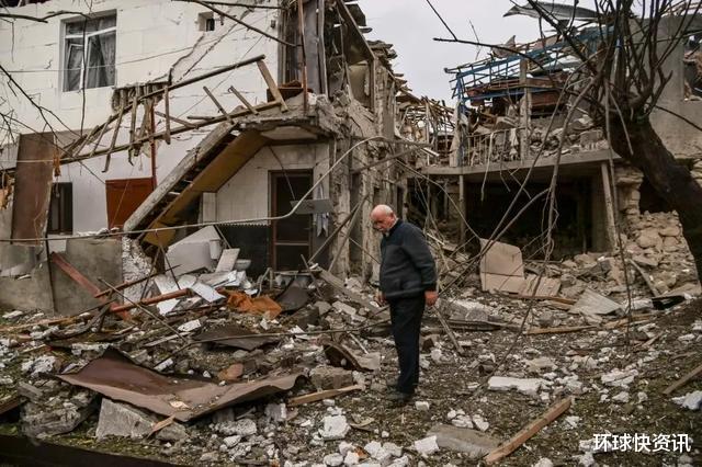 死傷慘重!阿塞拜疆第二大城市遭襲,大批火箭彈擊中市中心大樓-圖3