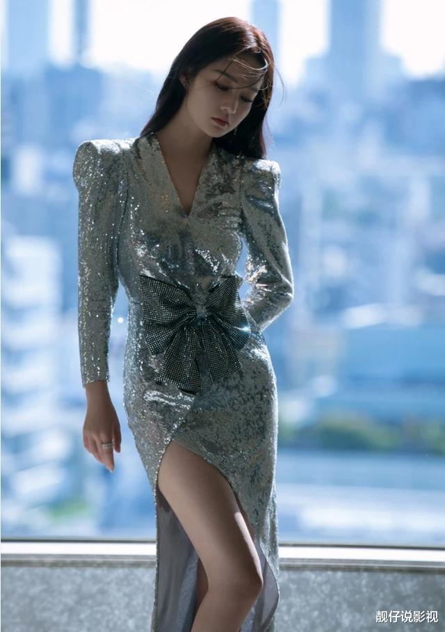 """李沁把""""錫紙""""穿成時尚女裝,正面照直接暴露瞭腿的真實長度-圖2"""