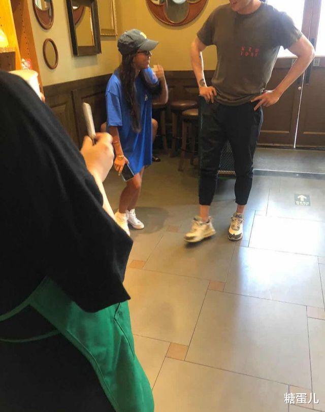 吉克雋逸飯店被偶遇,被抓拍到像個小矮人,被質疑有1米5嗎?-圖2