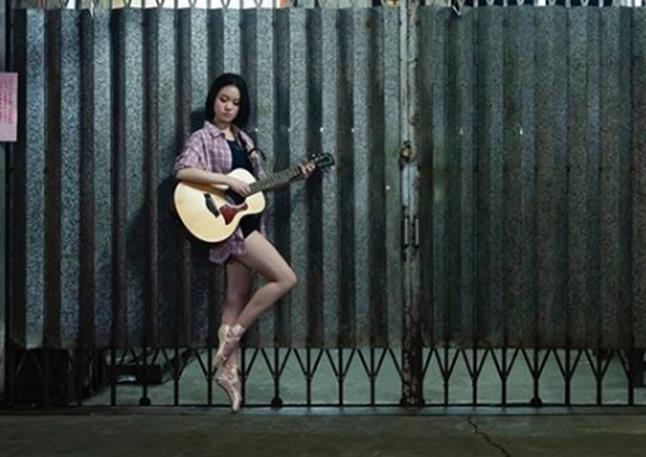 劉鑾雄18歲女兒現身菜市場,擺高難度動作拍照,趴水果箱上凹造型-圖4