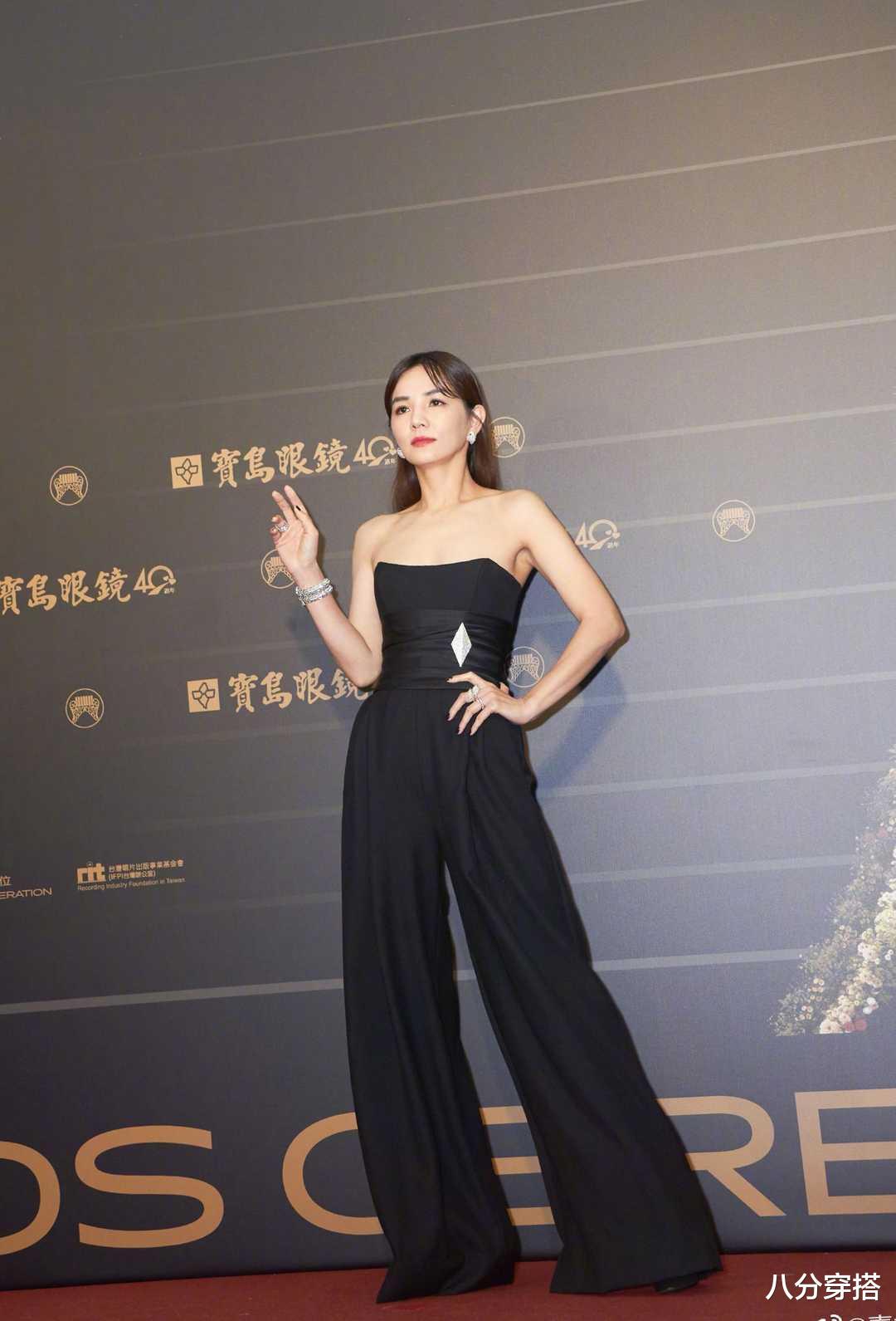 Ella陳嘉樺坐豪車亮相,一襲黑色抹胸連體褲,二八比例太驚艷-圖2