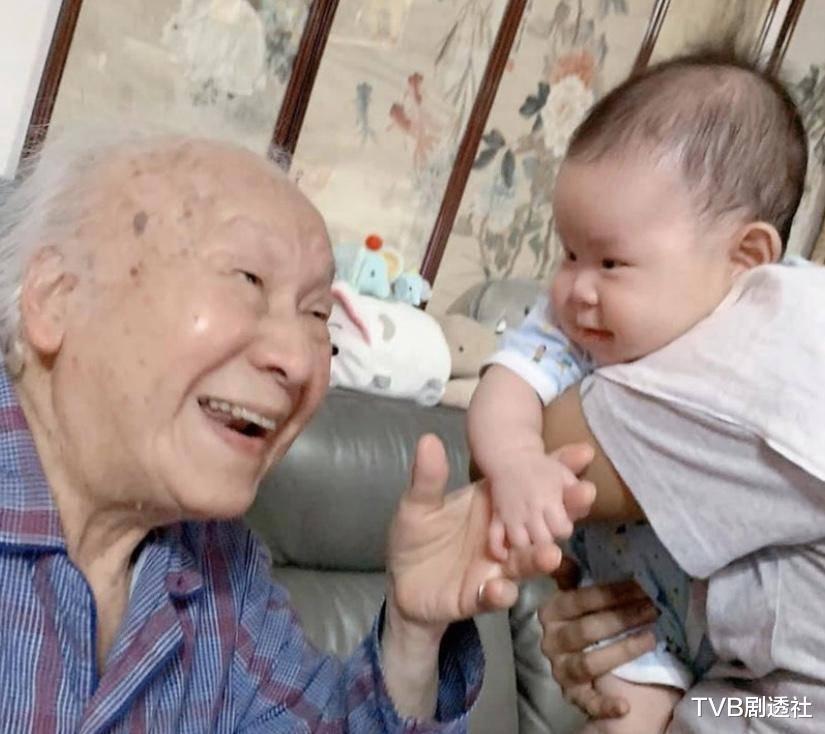恭喜!香港資深老戲骨再度榮升為太姥爺,四世同堂96歲仍老當益壯-圖2