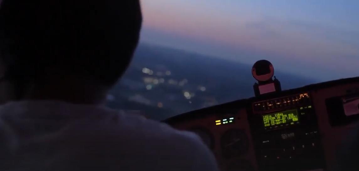 美兩名飛行員空中飛行,天邊突現一人穿過飛機,震驚至極立即報告-圖2