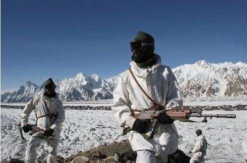 印度15萬噸物資沒送一線!印軍靠火爐取暖,黑煙升起暴露藏身位置-圖5