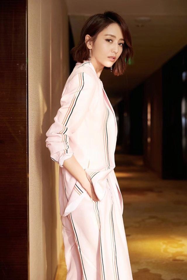 粉色也能穿出酷勁十足,佟麗婭這一身粉色小西裝太好看-圖3