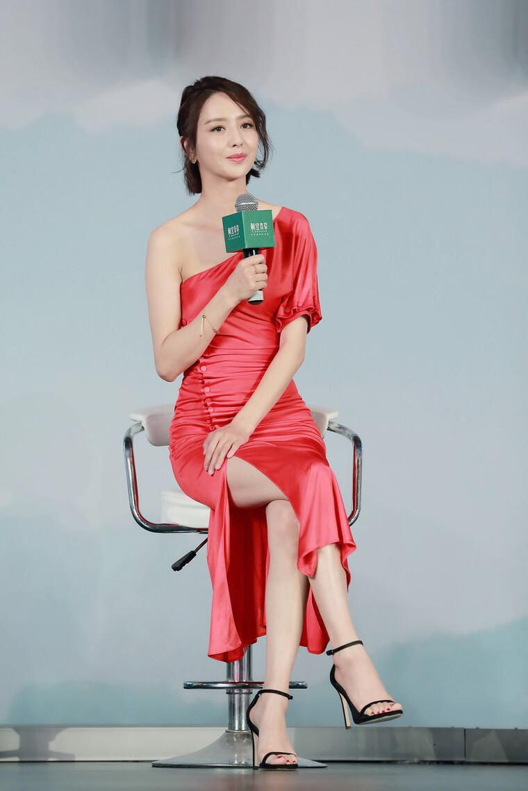 """佟麗婭真有女人味,穿""""無痕裙""""秀苗條身段,女生看瞭都心動-圖4"""