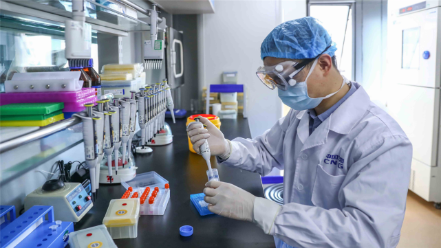 心態崩瞭?累計死亡病例逼近20萬,美媒卻將矛頭指向中國疫苗-圖5