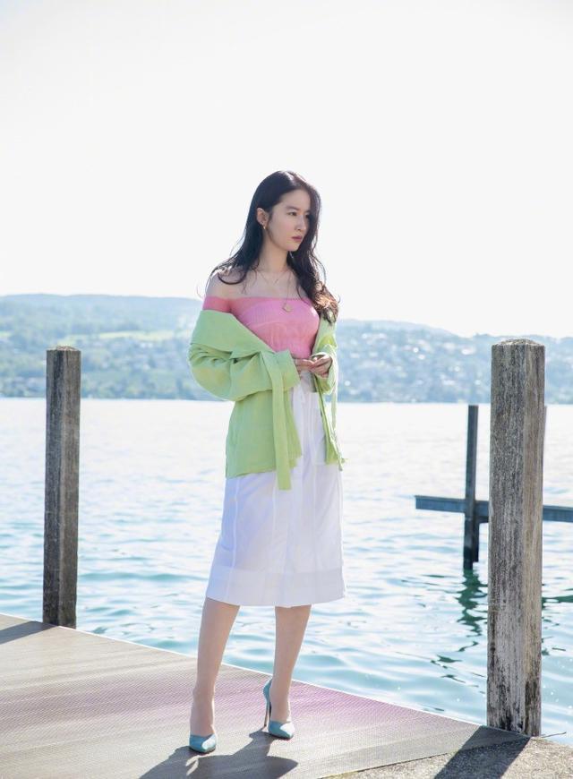 32歲劉亦菲終於曬美照,粉T半裙大秀螞蟻腰,氣質清新美若人間仙-圖3
