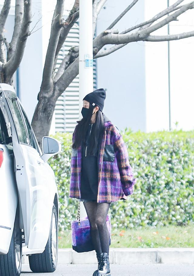 """杨幂冬天还玩""""下衣失踪"""",穿紫色外套配丝袜太时尚,不愧是辣妈"""