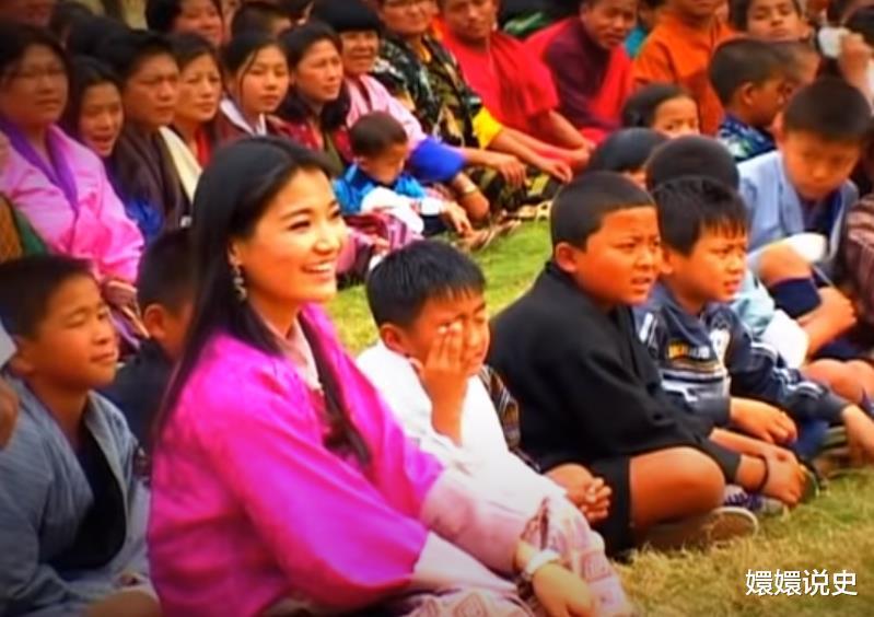不丹也有跪拜制度!21歲佩瑪大婚時跪丈夫,姿勢標準不輸蘇提達-圖4