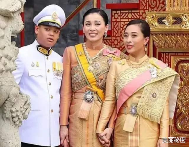 泰王15歲兒子奢華無度,隨從侍女滿身穿戴黃金,保鏢背大金鏈-圖9