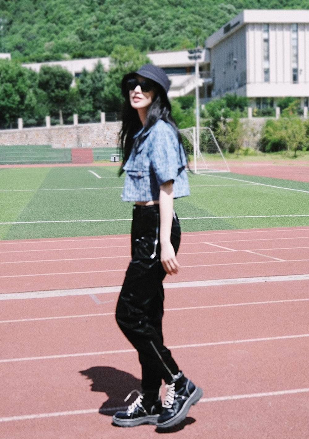 33歲張儷露臍裝+工裝褲,實力秀螞蟻腰,好身材不當模特可惜瞭-圖2