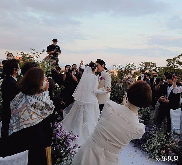 JUNJIN舉辦婚禮,組合成員擺出標志Pose,新娘新郎挽手對視超幸福-圖6
