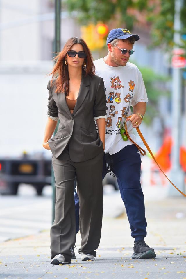 女星艾米麗·拉塔科夫斯基和男伴現身紐約,她的魅力不一般-圖2