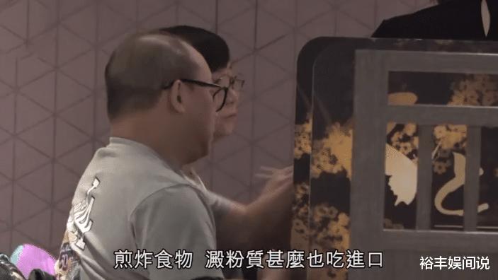 """58歲商天娥與老公手牽手恩愛逛街,結婚10年,被寵成瞭""""肥娥""""-圖7"""