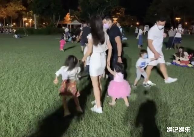 郭富城方媛草坪上撒糖,兩人拉著女兒轉圈圈,一傢人超幸福-圖7