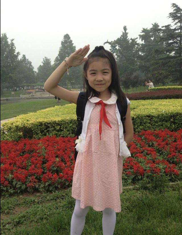 章子怡為小蘋果慶生,互相依偎似親母女,15歲熙熙化濃妝顯成熟-圖8