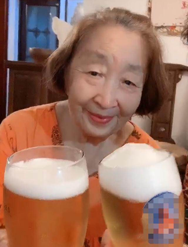 老戲骨彭玉86歲頭發全白,臉消瘦一半引擔憂!牛莉洪劍濤叫她老媽-圖2