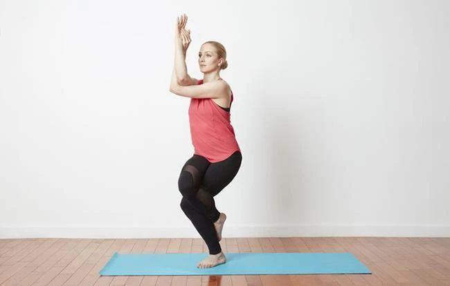 「瑜珈鷹式平衡」手腳分開運用!有效增強肌力與靈活度 | Heho健康