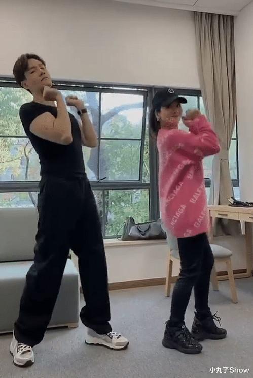 經超和大6歲老婆小李琳秀恩愛,室內共舞節奏合拍,經超有點駝背-圖2