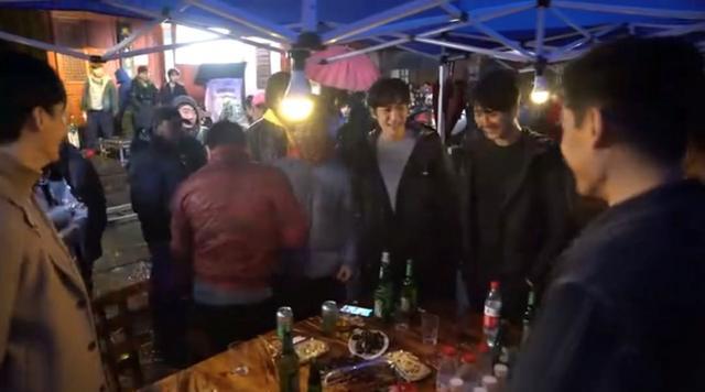 朱一龍言行被指猥瑣,讓毛曉彤當眾站上桌跳舞,周圍男士哄笑不止-圖6