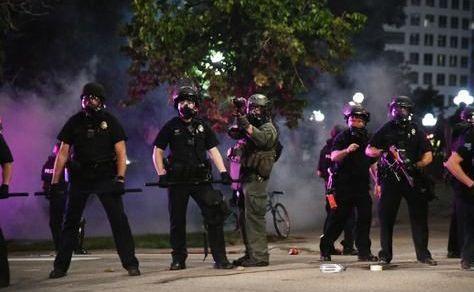 示威再升級!美國數十人帶斧頭和大砍刀抗議-圖3