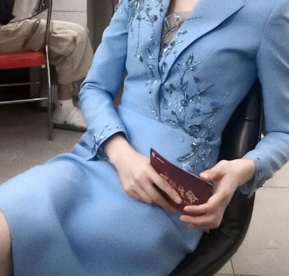 央視女神李紅回歸!穿紫色亮片西裝顏值又創新高,牛奶肌白到發光-圖6