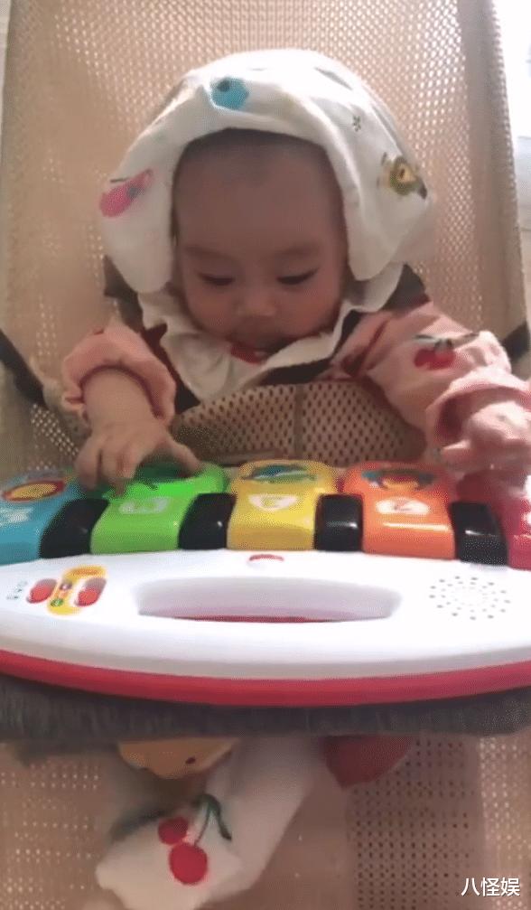羅仲謙曬5個月大女兒,珍珠彈琴為爸媽慶結婚周年,一臉得意萌翻-圖4