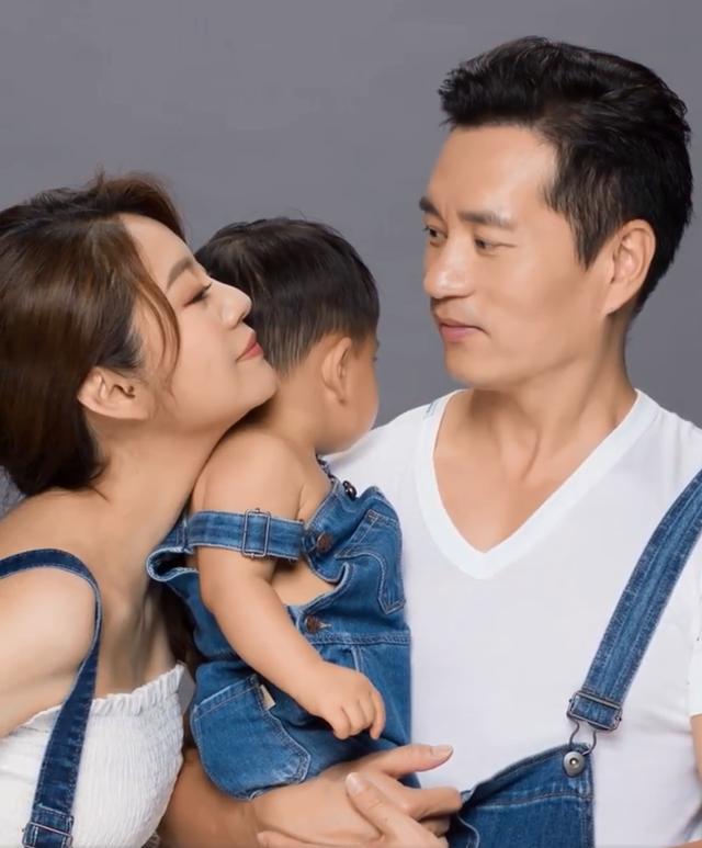 安以軒曬孕肚照身材超火辣,老公抱兒子出鏡,兩人深情熱吻太幸福-圖3